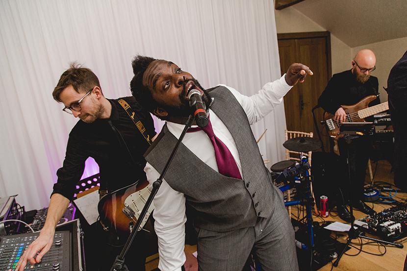 best man sings at wedding